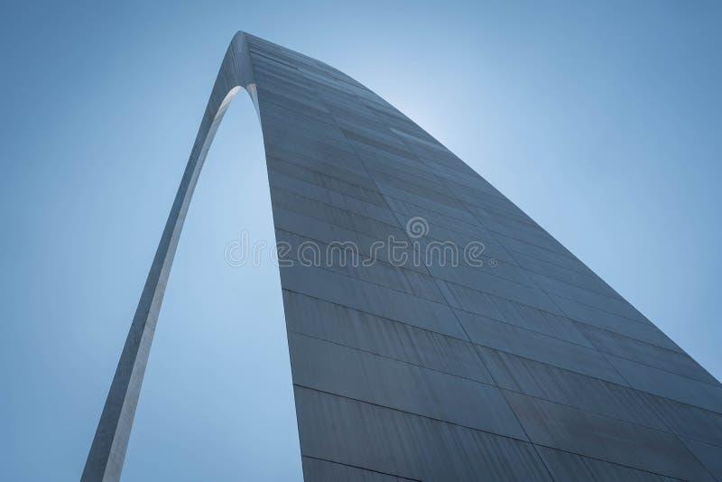 Nyckelbågen blockerar solen i helgonet Louis Missouri royaltyfria foton