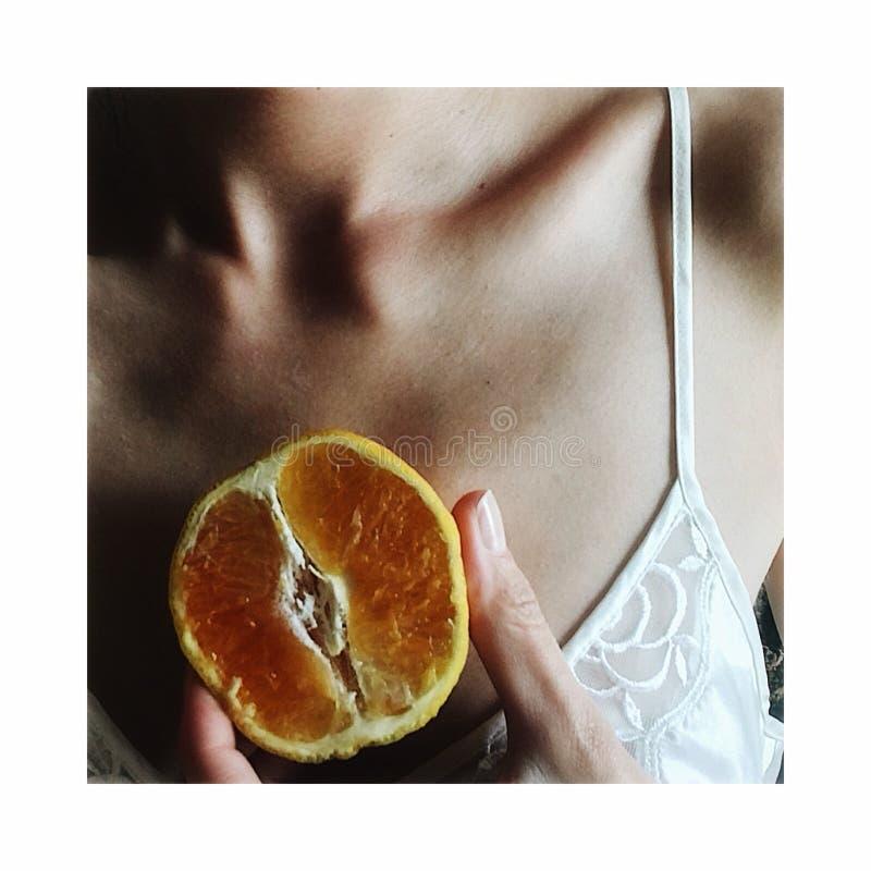 Nyckelben och apelsin arkivbild