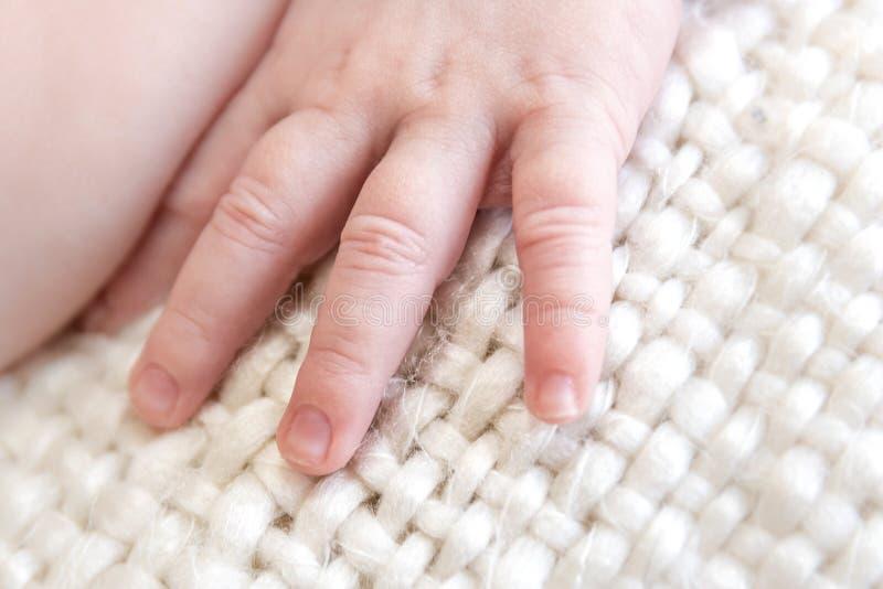 Nyfödd/begynnande hand, fingrar och fingernagelnärbildmakro royaltyfri foto