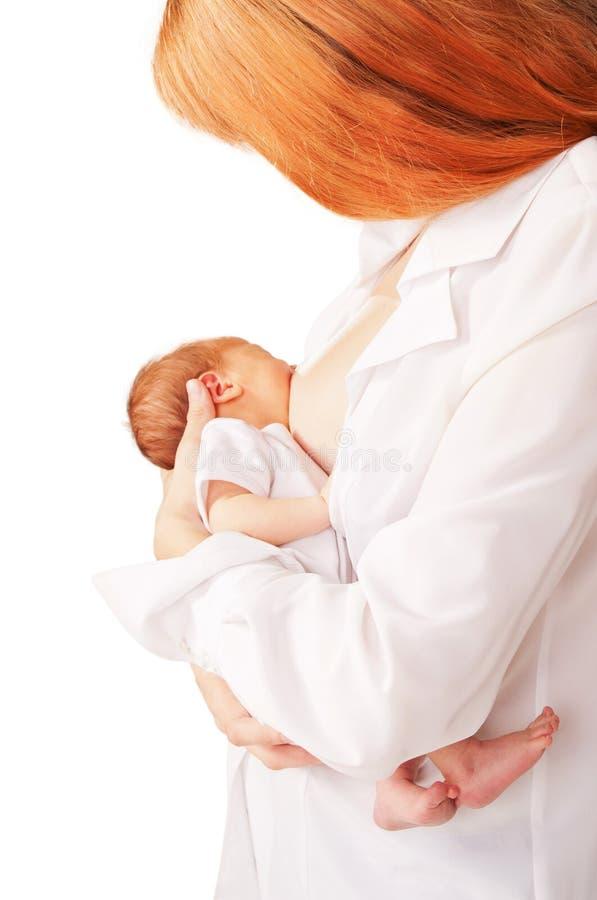 nyfödd breastfeeding för moder behandla som ett barn royaltyfria foton
