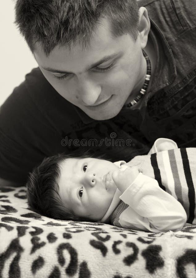 nyfödd son för fader arkivfoto