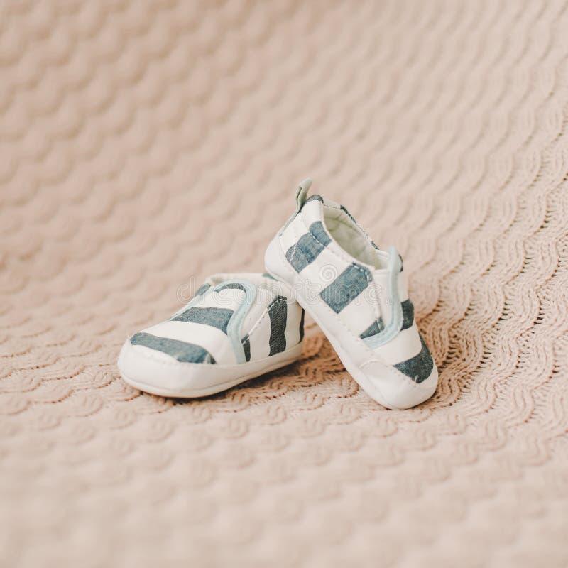 Nyfödda kängor Behandla som ett barn byten på stuckit tyg Behandla som ett barn pojkeduschbegreppet Kopieringsutrymme, b?sta sikt fotografering för bildbyråer