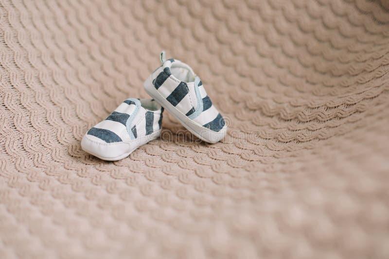 Nyfödda kängor Behandla som ett barn byten på stuckit tyg Behandla som ett barn pojkeduschbegreppet Kopieringsutrymme, b?sta sikt arkivbilder