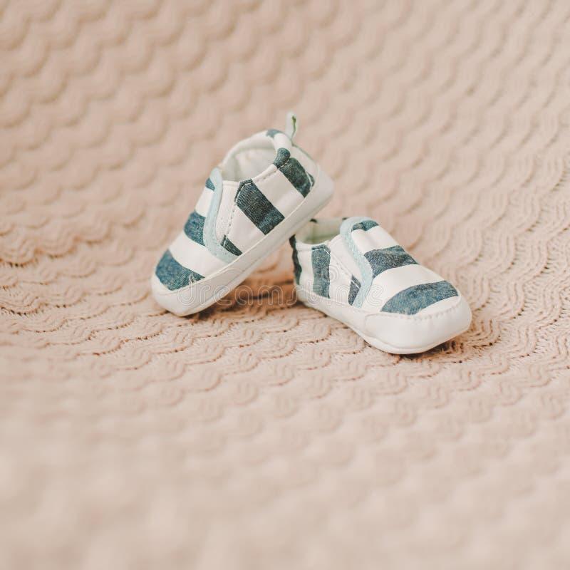 Nyfödda kängor Behandla som ett barn byten på stuckit tyg Behandla som ett barn pojkeduschbegreppet Kopieringsutrymme, b?sta sikt royaltyfri foto