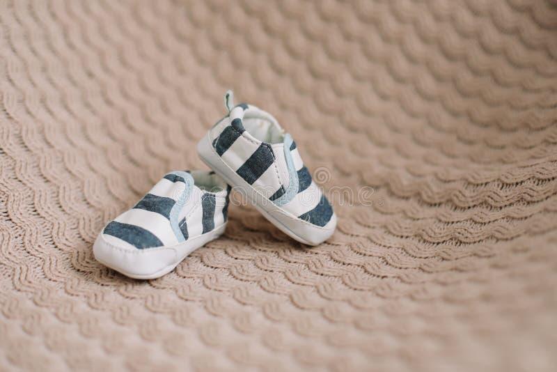 Nyfödda kängor Behandla som ett barn byten på stuckit tyg Behandla som ett barn pojkeduschbegreppet Kopieringsutrymme, b?sta sikt royaltyfria foton