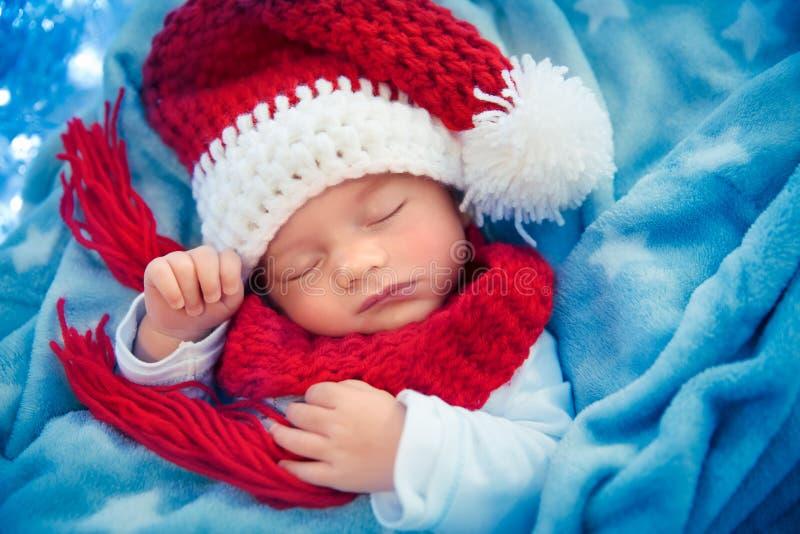 Nyfött behandla som ett barn att sova på julhelgdagsafton arkivfoton