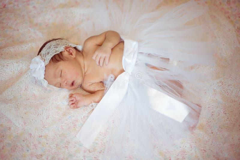 Nyfött behandla som ett barn den gulliga fasionappellen en liittleängel royaltyfri fotografi