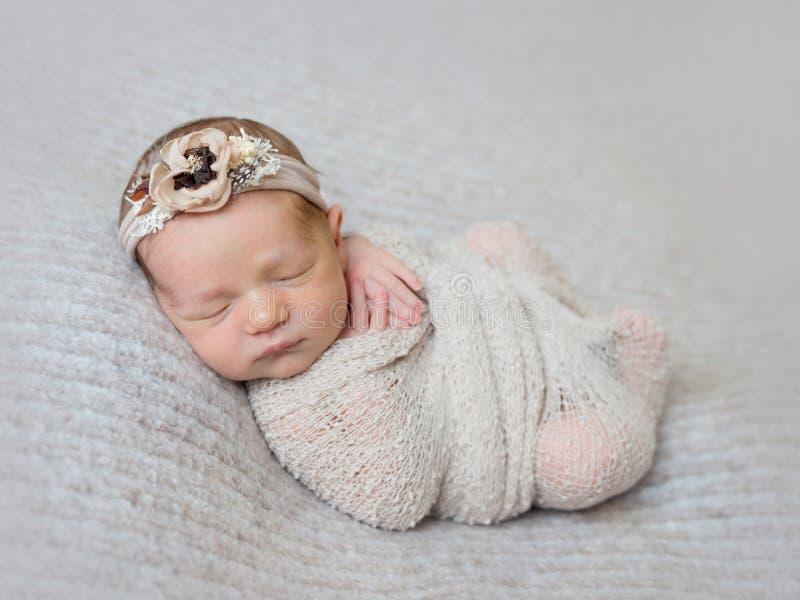 Nyfött behandla som ett barn flickan som lindas i sjal royaltyfri foto