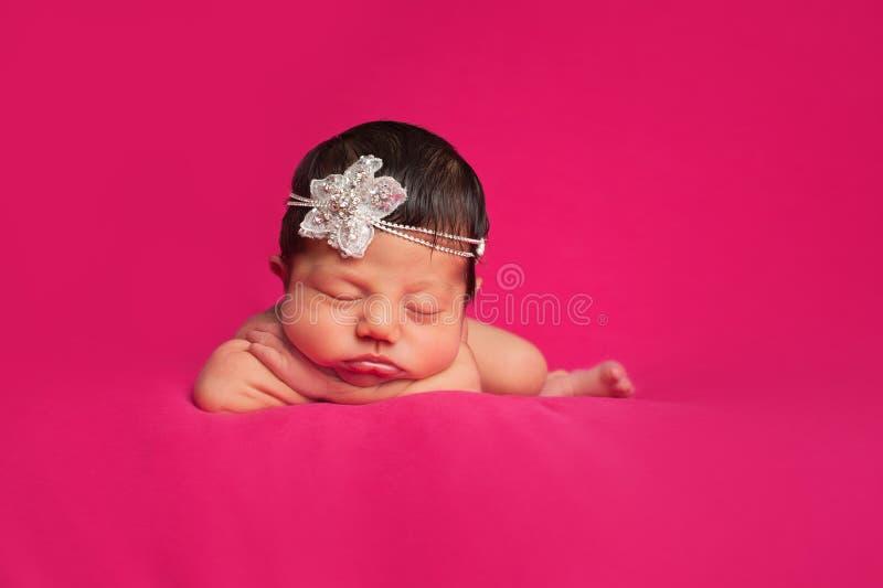 Nyfött behandla som ett barn flickan med bergkristallhuvudbindeln royaltyfri foto