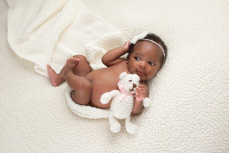 Nyfött behandla som ett barn flickan med den välfyllda björnen royaltyfria foton