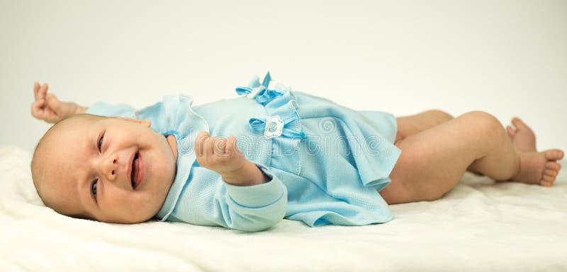 Nyfött behandla som ett barn flickan på den varma filten arkivfoton