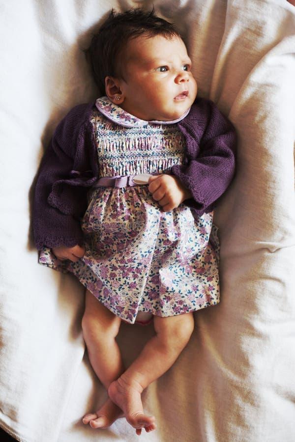 Nyfött behandla som ett barn flickan som åt sidan ser arkivbild