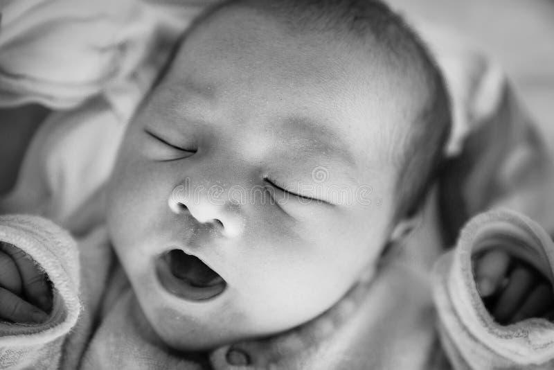 Nyfött behandla som ett barn flickan som rätt sover efter leverans royaltyfri fotografi