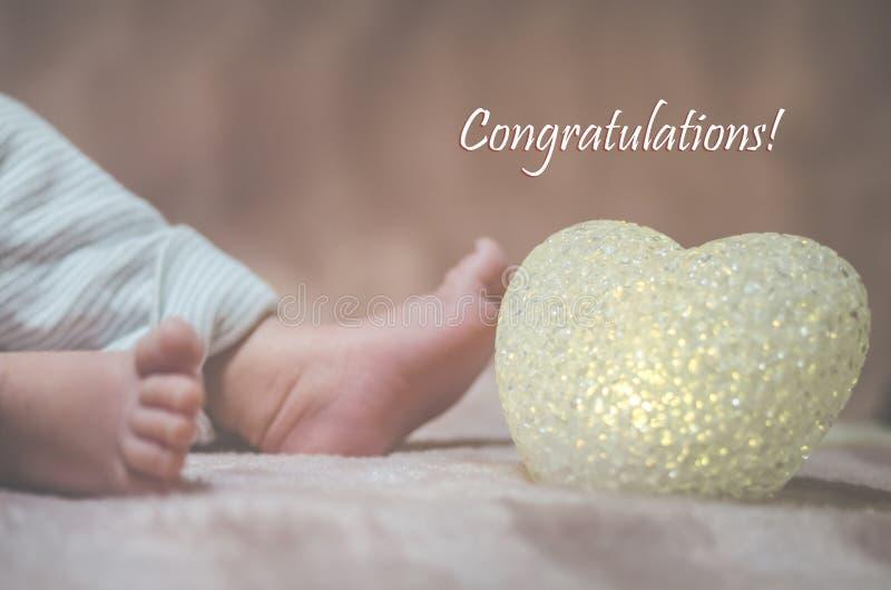 Nyfött behandla som ett barn fot i sängslut upp lycklig begreppsfamilj Härlig begreppsmässig bild av moderskap Användbart som häl royaltyfria foton