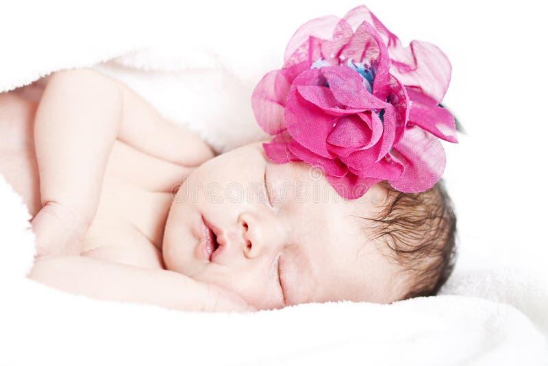 Nyfött behandla som ett barn fridfullt att sova royaltyfria foton