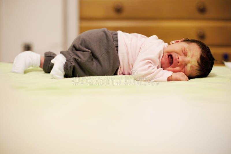 Nyfött behandla som ett barn gråt på grund av kramper arkivbild