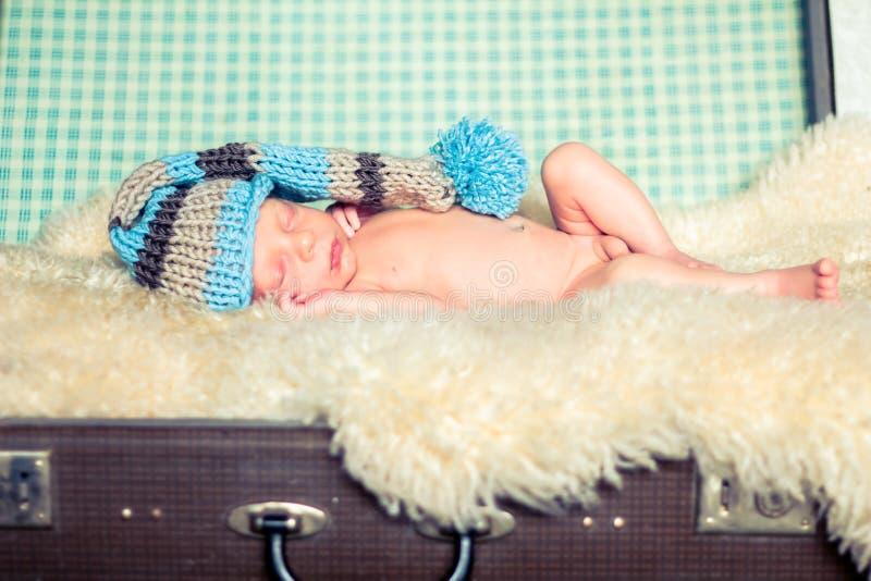 Nyfött behandla som ett barn i en rolig hatt royaltyfri foto