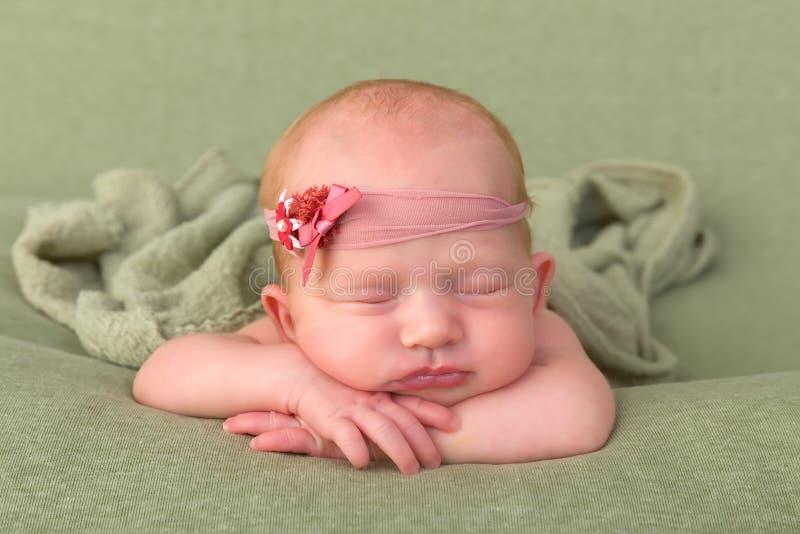 Nyfött behandla som ett barn med huvudbindeln royaltyfria bilder