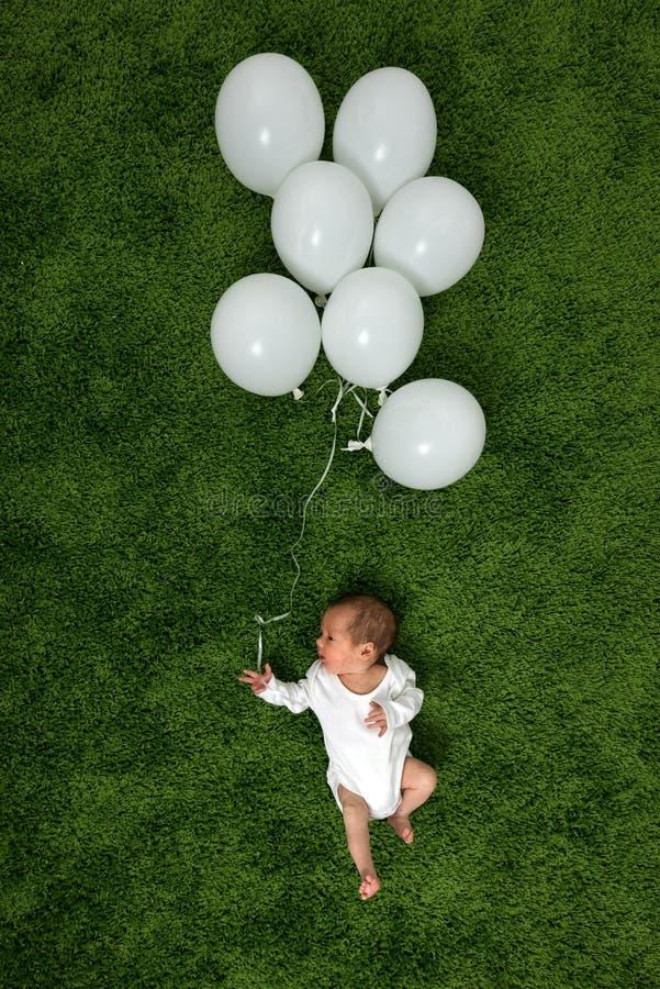 Nyfött behandla som ett barn på grön matta fotografering för bildbyråer