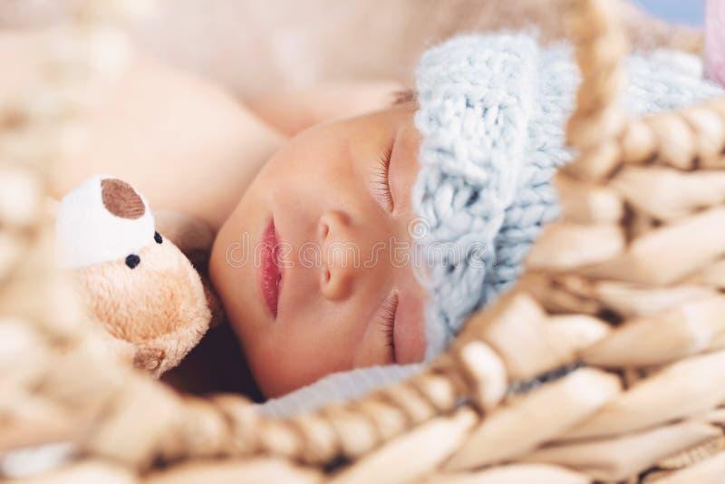 Nyfött behandla som ett barn pojken i en korg arkivfoto