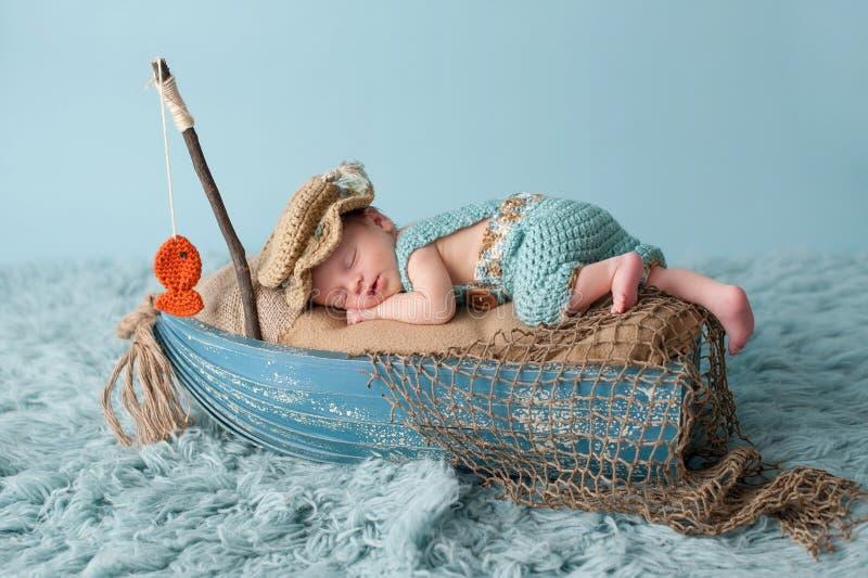 Nyfött behandla som ett barn pojken i fiskaren Outfit fotografering för bildbyråer
