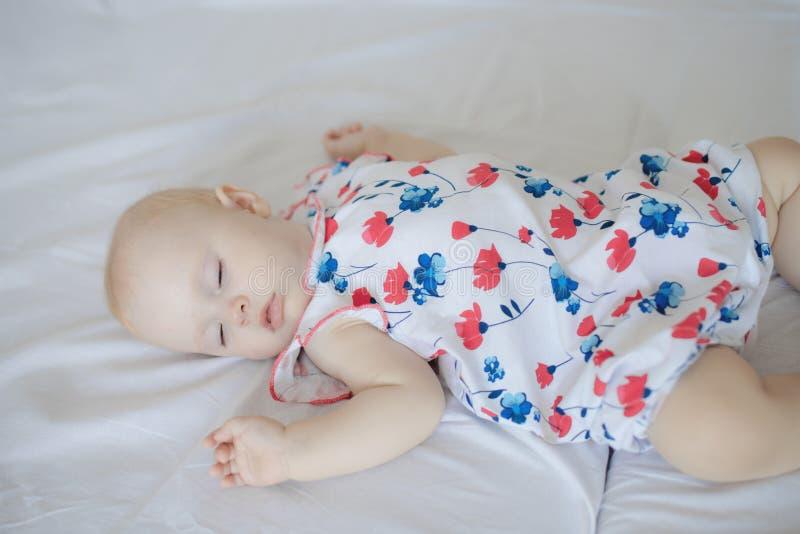 Nyfött behandla som ett barn pojken som ligger på säng arkivbild
