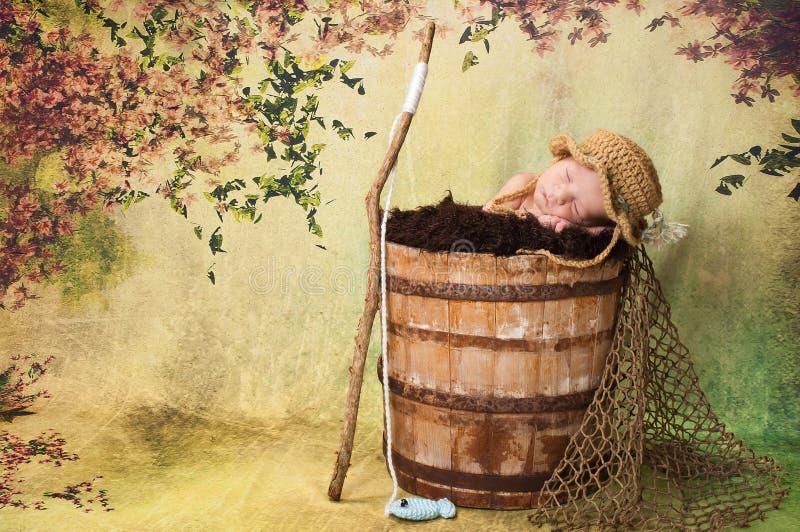 Nyfött behandla som ett barn pojken med fiskehatten och Pole royaltyfri fotografi
