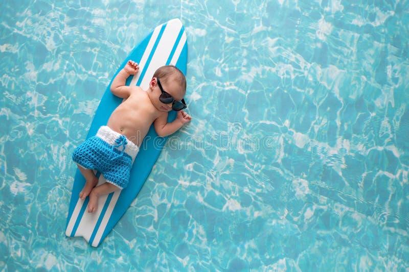 Nyfött behandla som ett barn pojken på surfingbrädan royaltyfria foton