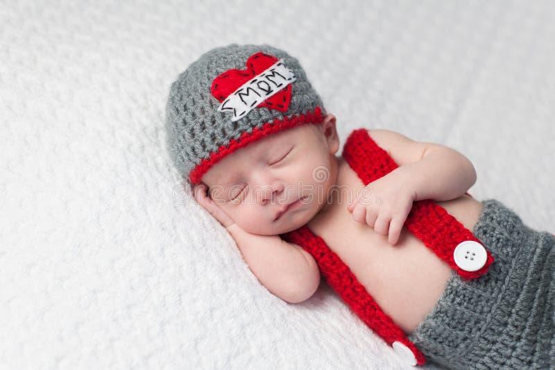 Nyfött behandla som ett barn pojken som bär a royaltyfria bilder