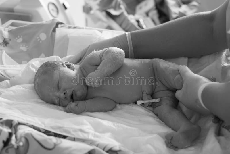 Nyfött behandla som ett barn sjukhuset arkivbilder