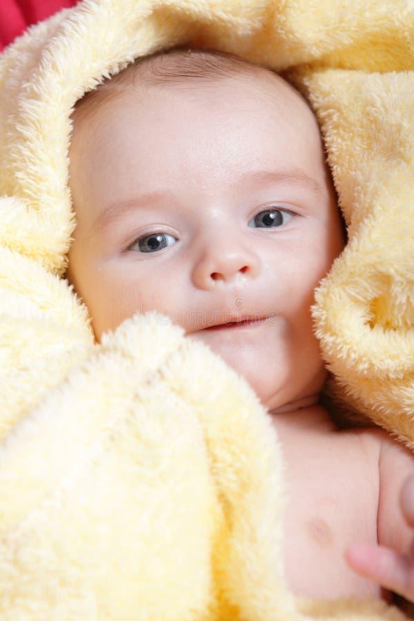 Nyfött i slapp gul filt royaltyfri bild