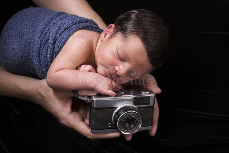 Nyfött sova behandla som ett barn med den gamla kameran arkivbild