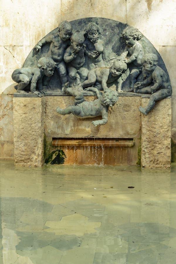 Nyfiken källa av barnet som in faller på vatten royaltyfri foto