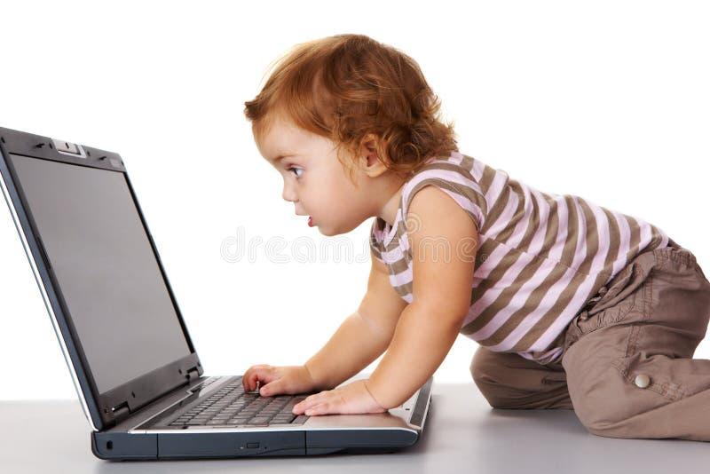 nyfiken litet barn royaltyfri bild