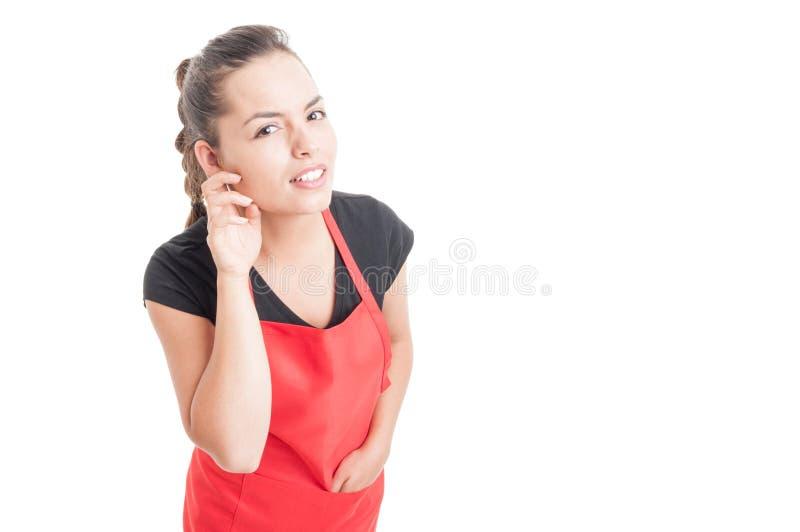 Nyfiken lyssnande viskning för kvinnaanställd arkivbild