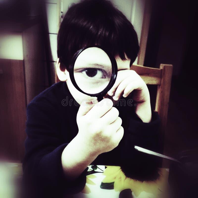 Nyfiken Pojke Med Förstoringsapparat Royaltyfri Bild