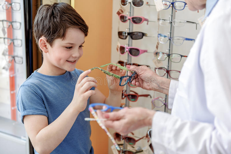 Nyfiken pojke som tar den moderiktiga eyewearen royaltyfri bild