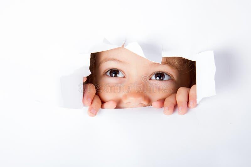 Nyfiket litet barn arkivfoto