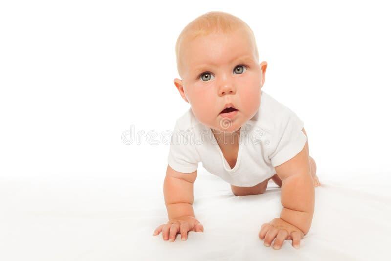 Nyfiket se behandla som ett barn krypanden som bär den vita bodysuiten arkivfoto