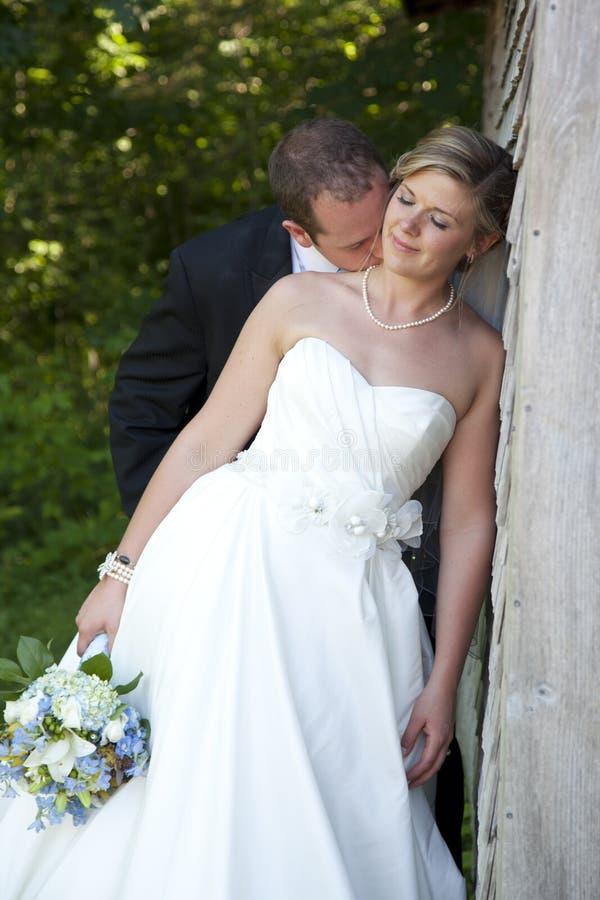 Nygift personbrud och brudgum royaltyfria bilder