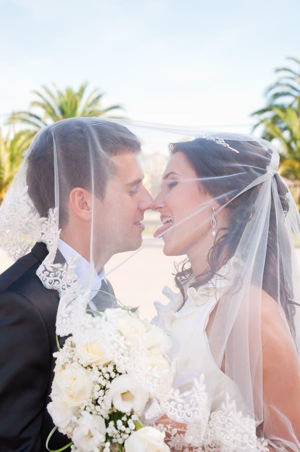 Nygifta personer royaltyfria bilder