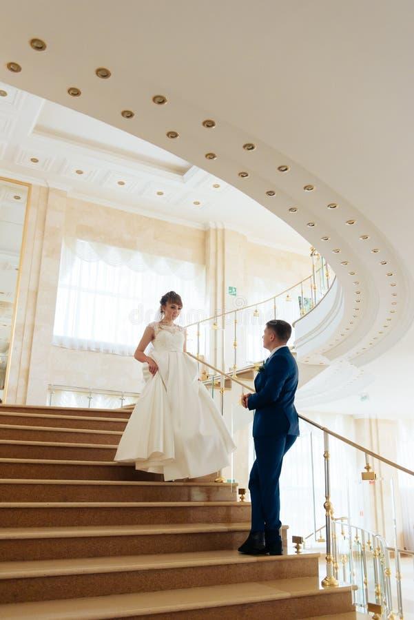 Nygifta personer i lägenheten, en härlig brud och brudgum i den rika inre 1en arkivbilder