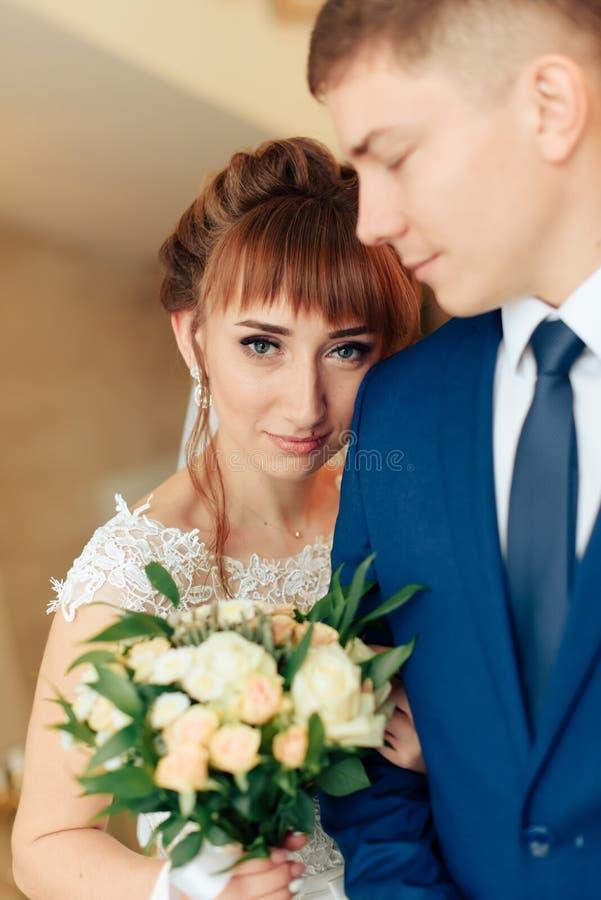 Nygifta personer i lägenheten, en härlig brud och brudgum i den rika inre 1en fotografering för bildbyråer