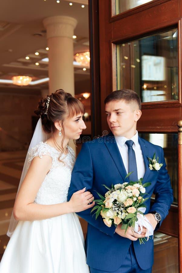 Nygifta personer i lägenheten, en härlig brud och brudgum i den rika inre 1en arkivfoton