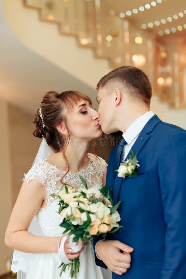 Nygifta personer i lägenheten, en härlig brud och brudgum i den rika inre 1en arkivbild