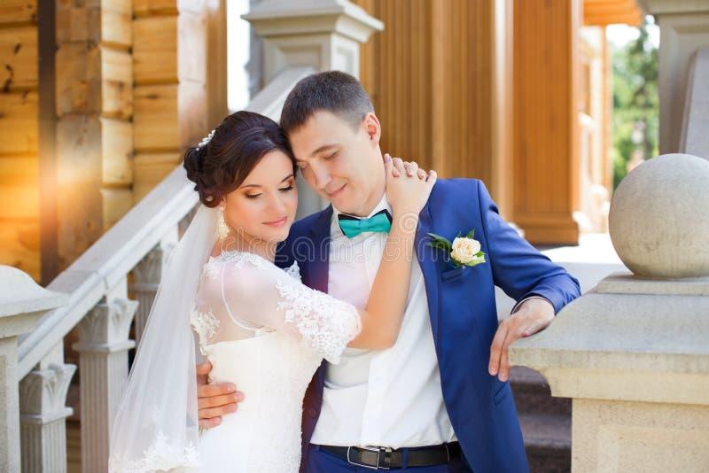 Nygifta personer på bröllopet en gå i bygden royaltyfri foto