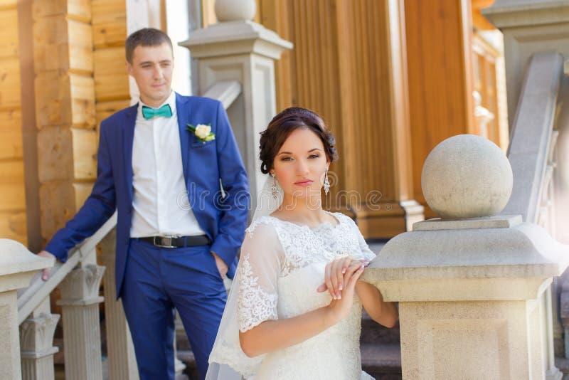 Nygifta personer på bröllopet en gå i bygden royaltyfri bild