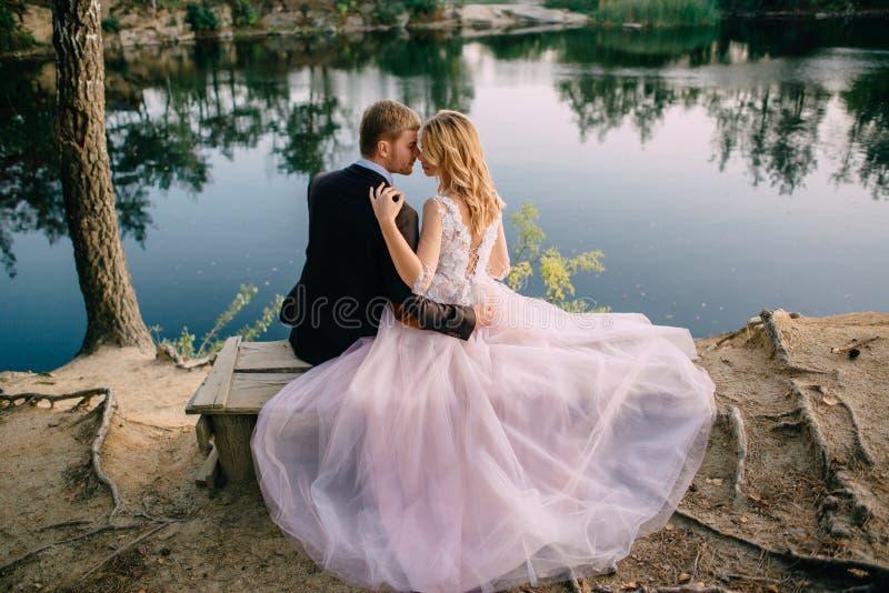 Nygifta personer på sjökusten på en sommarafton royaltyfri foto