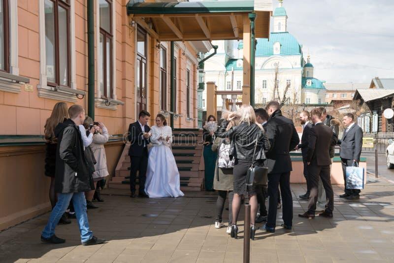 Nygifta personer ska låta för att gå in i himlen ett par av duvor efter den gifta sig ceremonin nära huset av familjberömmar royaltyfria foton