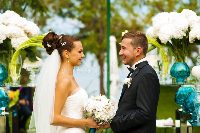 Nygifta personerna ler under bröllopceremoni arkivbild